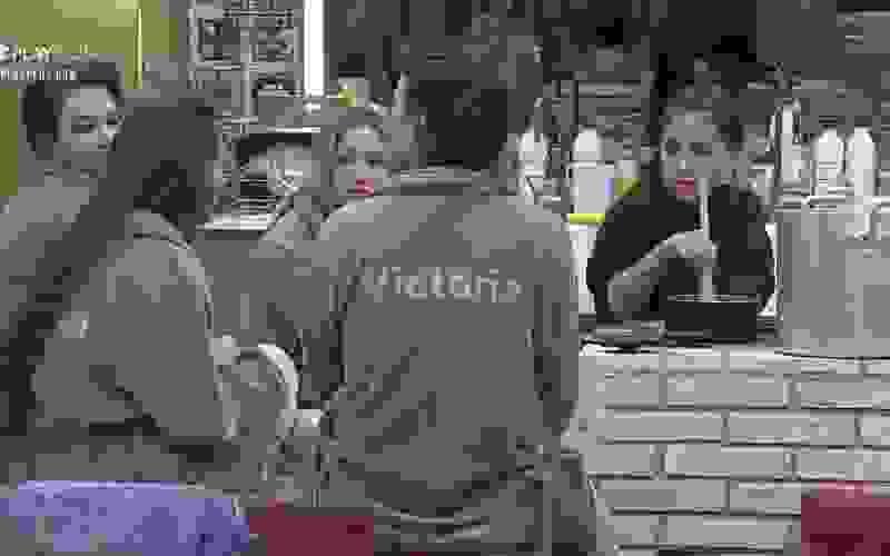 MC Mirella prepara brigadeiro para comer com peoas - A Fazenda 12