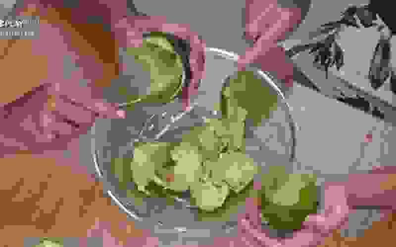 Peões arriscam preparar guacamole para o lanche da tarde - A Fazenda 12