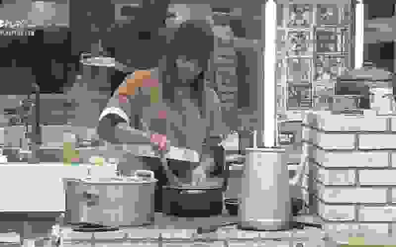Tays prepara o almoço dos peões - A Fazenda 12